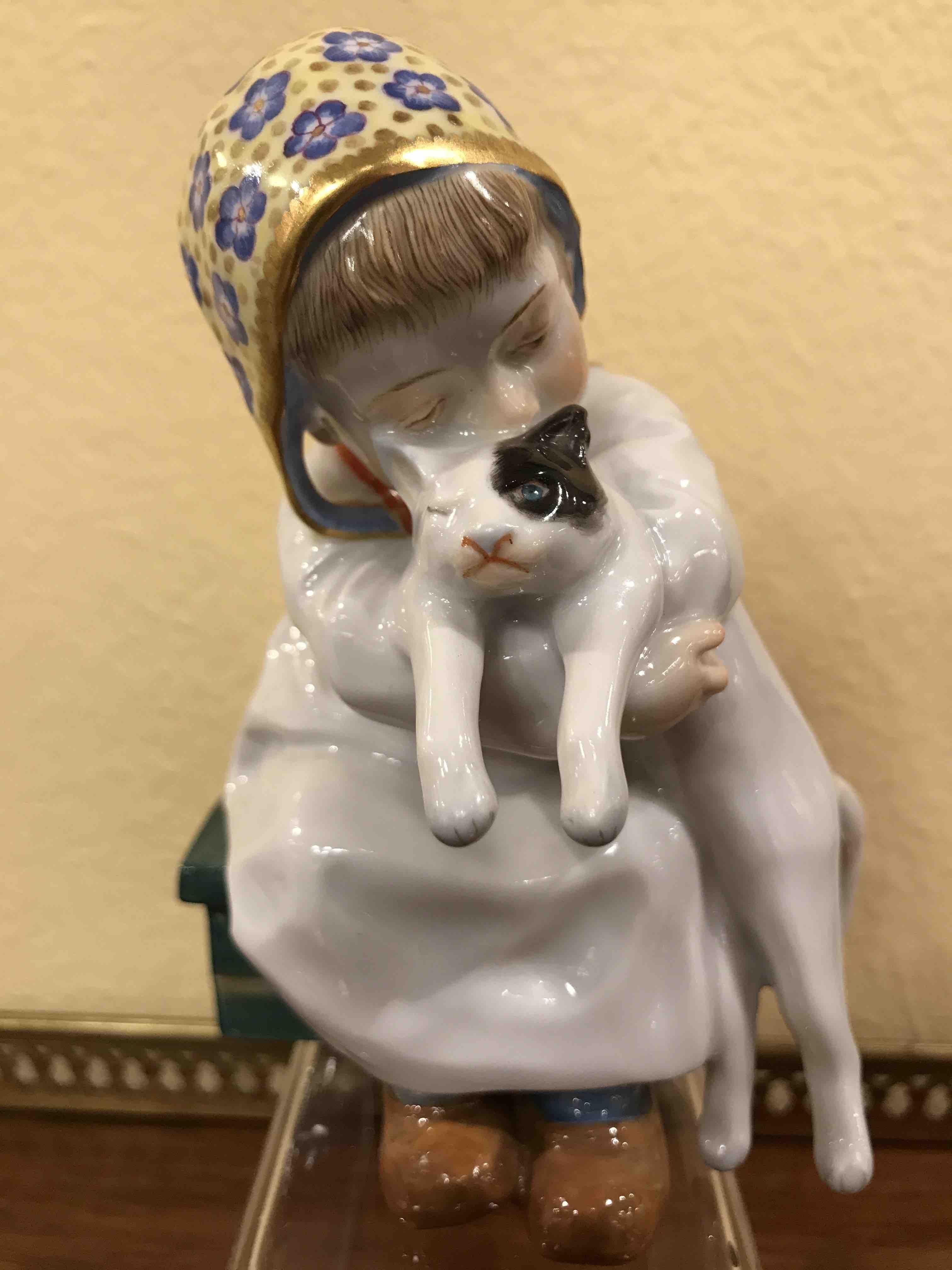 """Meissenfigur """"Kind mit Katze im Arm"""""""